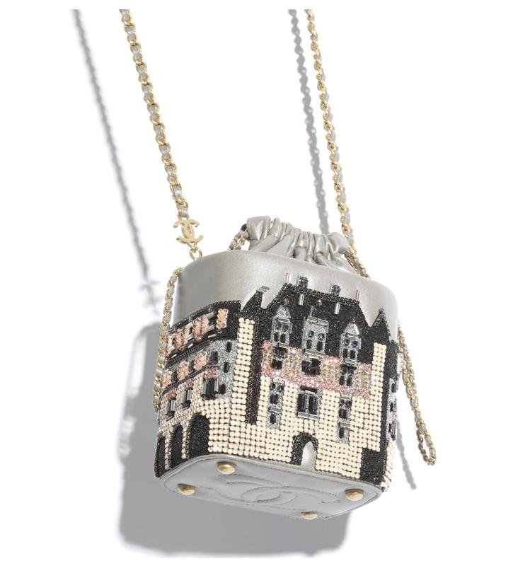 城堡造型小型鍊子水桶包。圖/摘自香奈兒官網