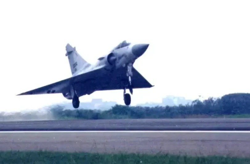 空軍新竹基地主跑道驗收中 各型機起降測試強度
