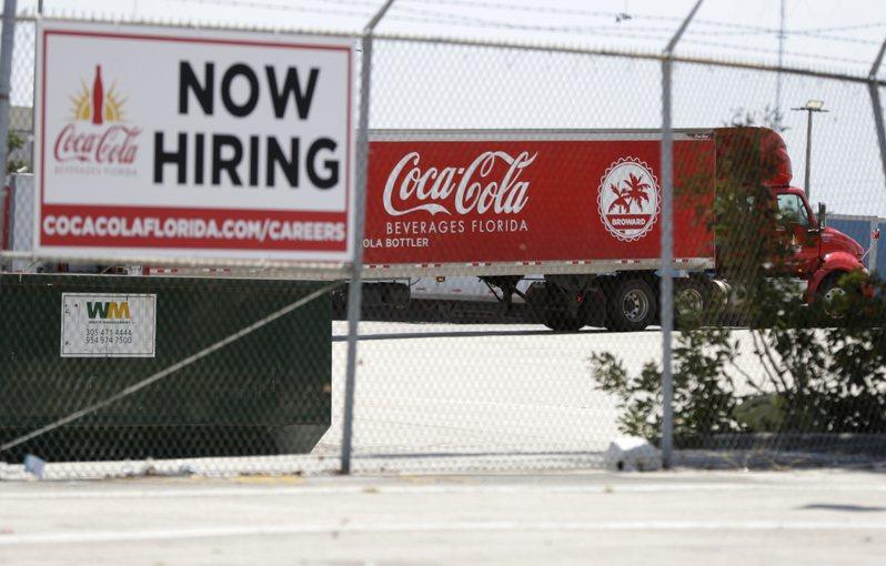 美國上周初領失業救濟金人數下滑,降至近15個月低點。美聯社