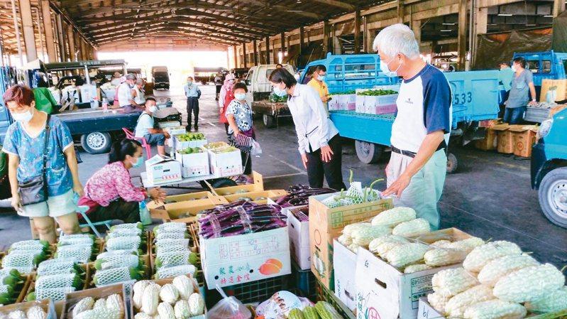 民間習俗端午節要吃茄子和長豆,但這些應景蔬菜近日價格上揚。記者簡慧珍/攝影