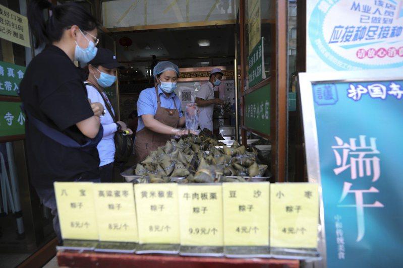 隨著端午節臨近,北京老字號店現包現煮現售的「鮮」粽成為銷售熱點,吸引市民選購。(中新社)