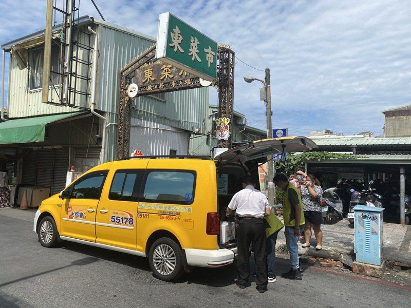 台南市府經發局與計程車業者合作,小黃司機加入防疫蔬果箱宅配。圖/台南市府經發局提供