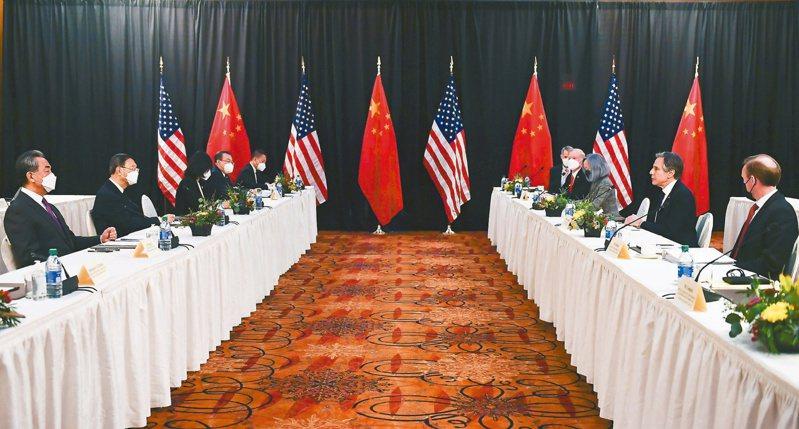 大陸全國人大常委會昨表決通過「反外國制裁法」,反制西方國家對北京的制裁,預料雙方政治對立將加劇。圖為中美外交高層今年三月在美國安克拉治舉行會談。(路透)