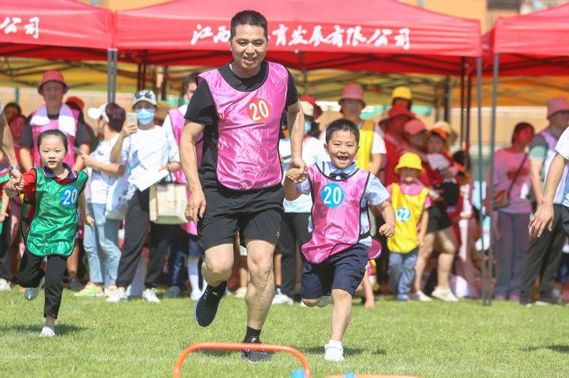 養兒不易,愈來愈多大陸年輕人加入不生小孩的「頂客族」。圖為江西南昌親子趣味運動。中新社