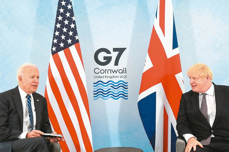 美國總統拜登(左)與英國首相強生(右)十日舉行會談。(路透)