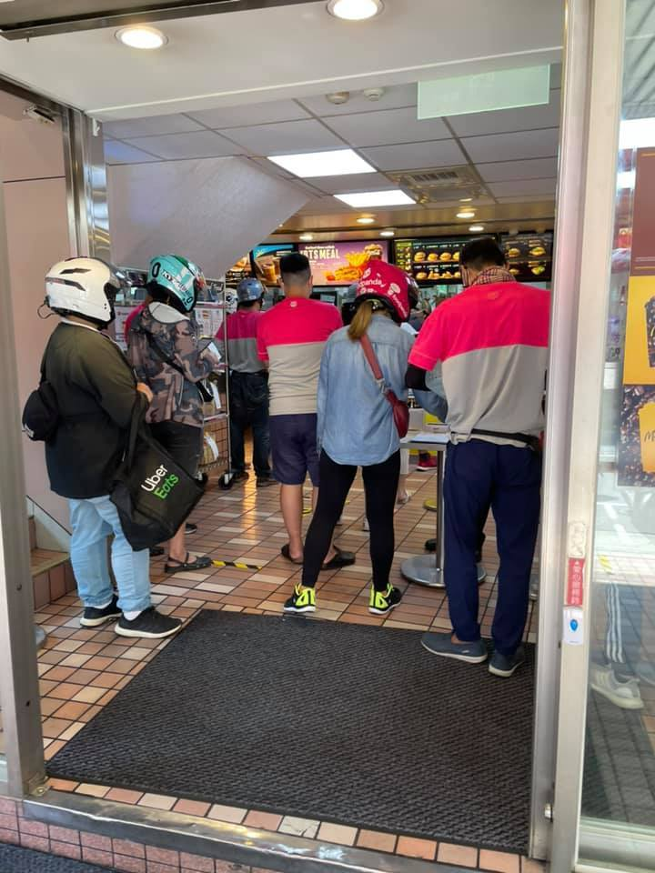 一名外送員到速食店取餐,卻看到店裡擠了好幾位等餐的外送員,讓他痛批店家沒做好人流管控。 圖/翻攝自「外送員的奇聞怪事」