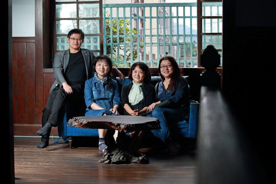 童子賢(左一)參與「他們在島嶼寫作」系列三文學朱家電影開鏡。圖/目宿媒體提供