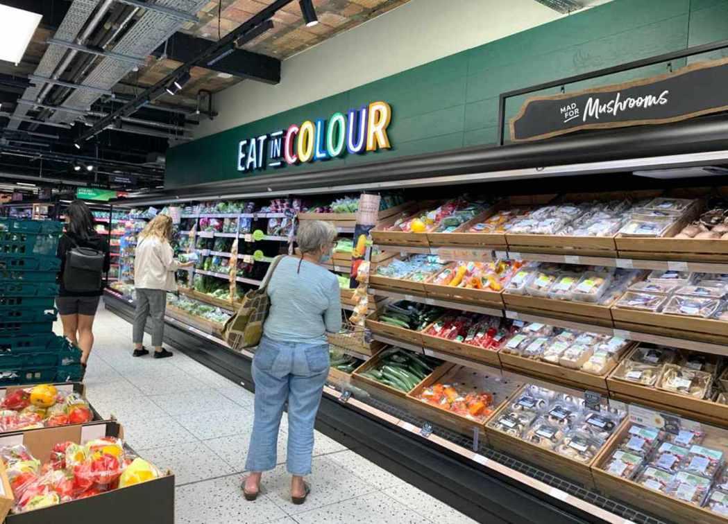 英國超市內維持社交距離。 圖/melody cho攝影