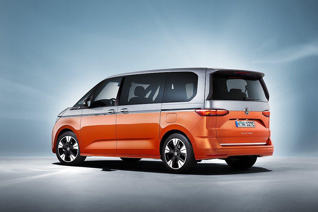 全新福斯商旅Multivan採用MQB模組化底盤平台,擁有長4,973mm、寬1...