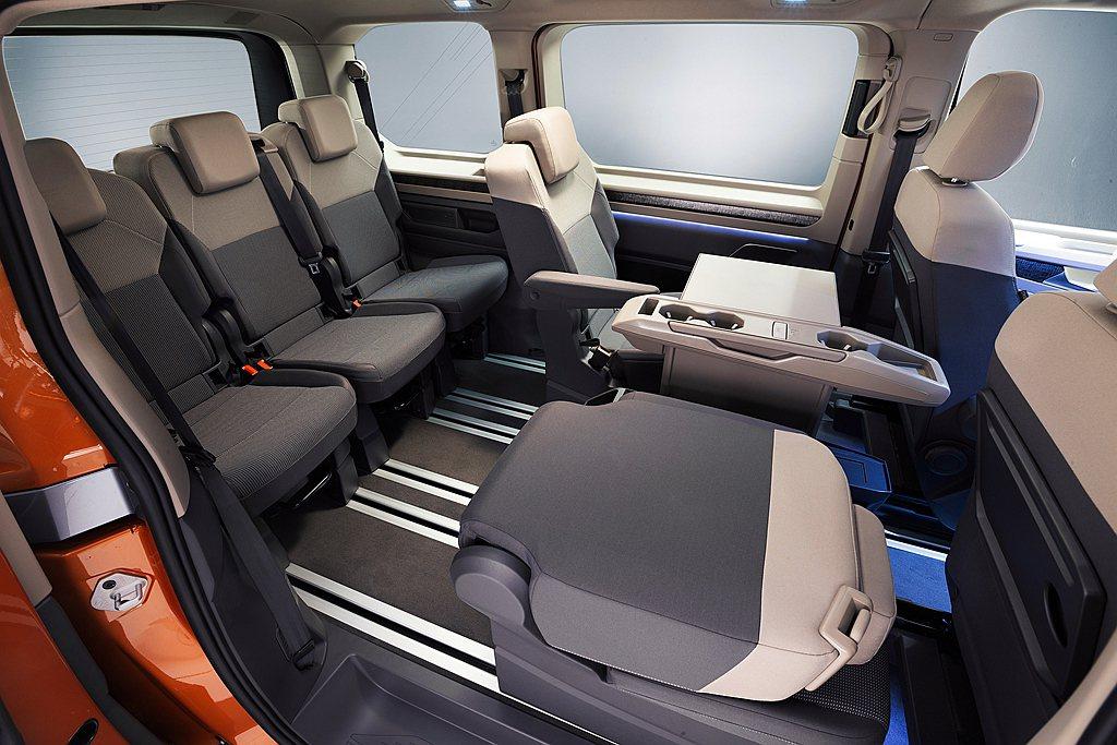 新世代Multivan標準版本於滿座狀態下就有469L後行李廂容量,若將第三排收...