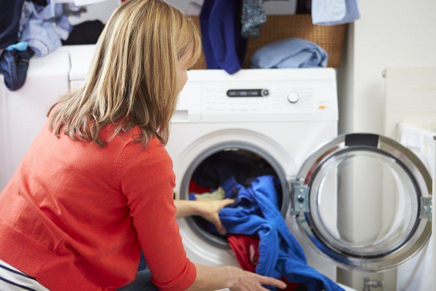 一名網友抱怨用滾筒洗衣機洗完衣服後仍有味道,貼文一出有人建議洗衣精要減少。 圖/...