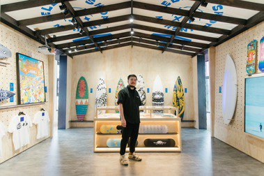 PLUS19台灣溫泉鄉邀請視覺藝術家鄒駿昇擔任策展人,以衝浪板為媒介,運用多元媒材傳遞金山能量,打造一處「金山選物局」。 圖/PLUS19台灣溫泉鄉提供
