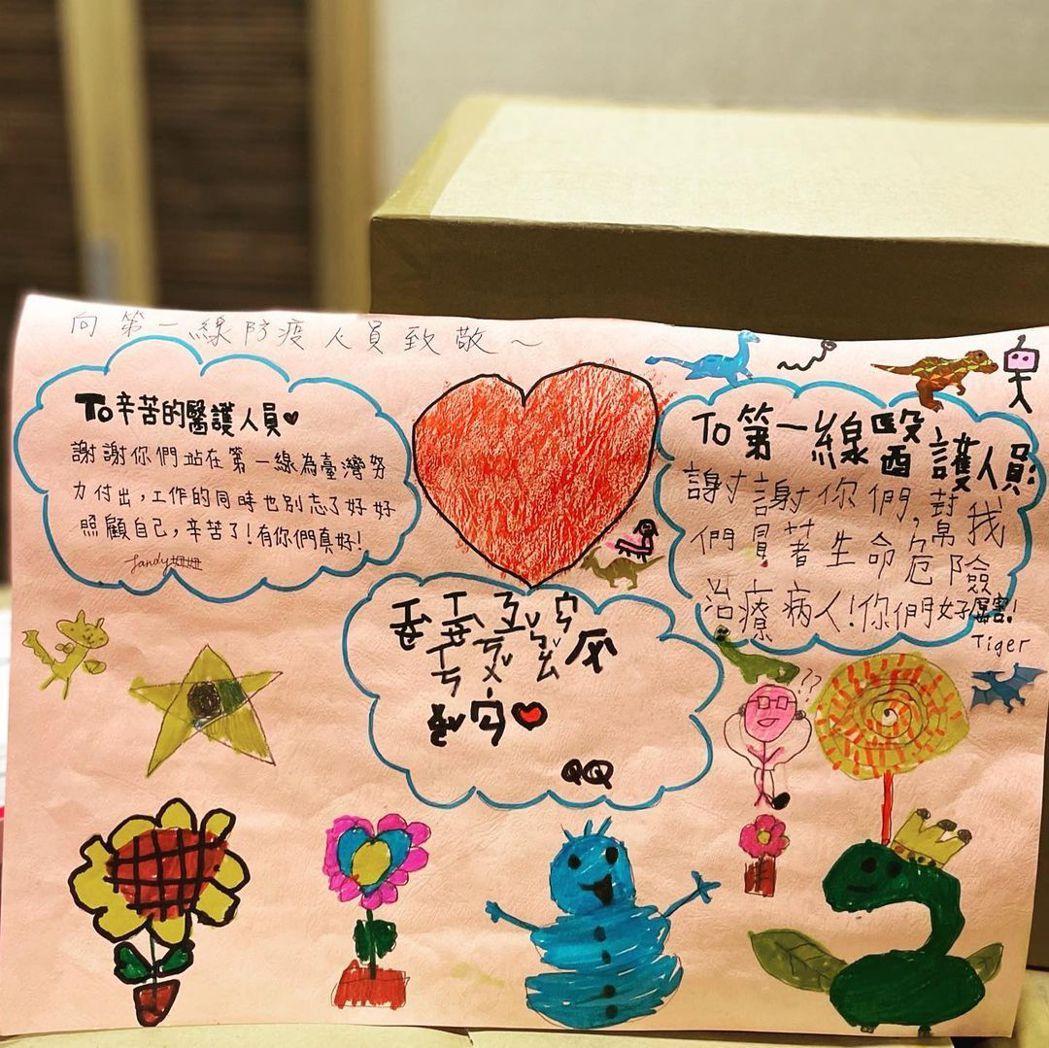 曾馨瑩曬出兒女致謝醫護人員的畫作。圖/擷自IG