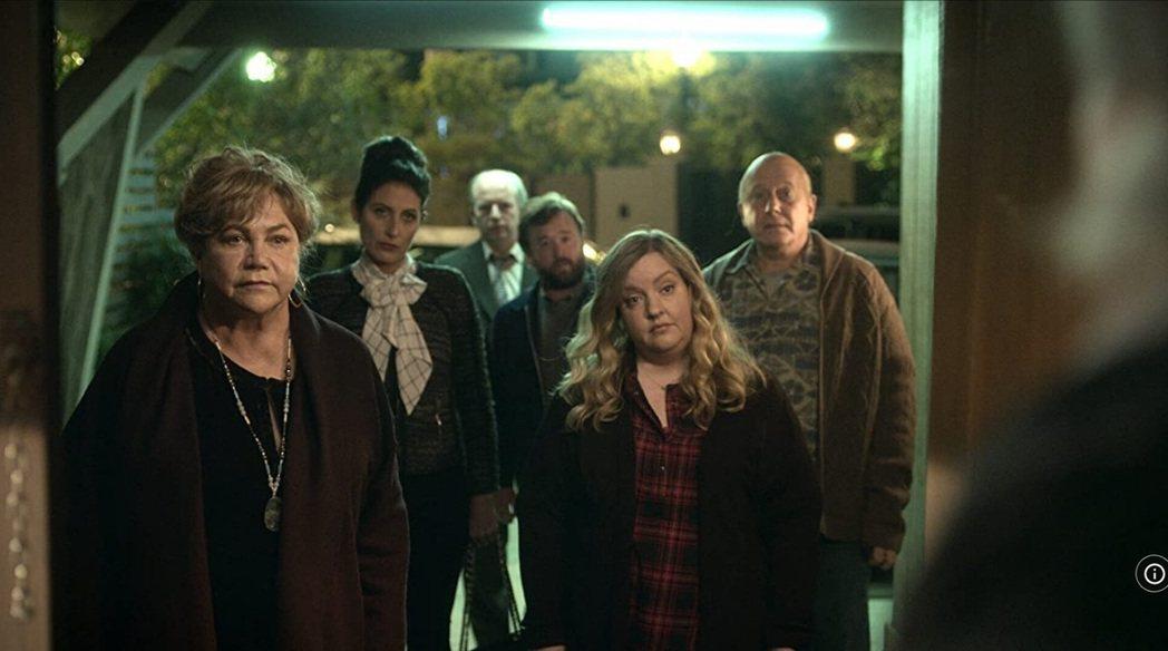 凱瑟琳透納(左)正式入夥新一季。圖/擷自IMDb