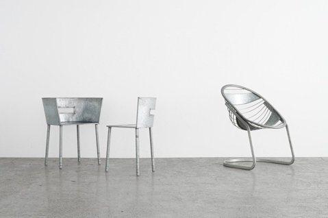 川久保玲設計的3張椅子,日前在東京LICHT藝廊展出。圖/LICHT提供