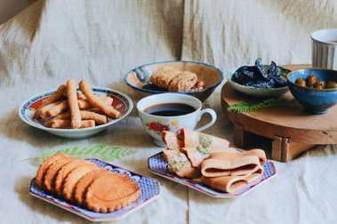 謝宅創辦人謝小五再攜手6間歷史悠久的台南零食老鋪,組成超過450歲的在地人「喙食物仔」老店零食包,即日起限量訂購。 圖/謝宅提供