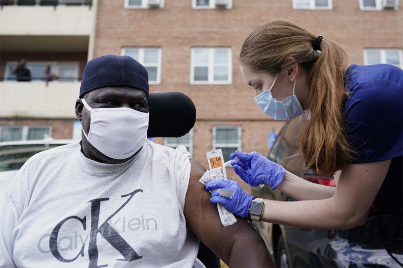 圖為民眾在華盛頓特區的移動治療裝置上接種疫苗。歐新社