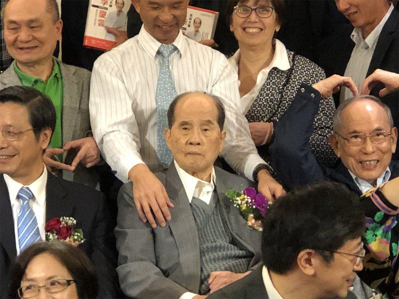 被譽為「台灣疫苗之父」的台大醫學院小兒科名譽教授李慶雲(前中)11日凌晨辭世,享壽94歲。中央社
