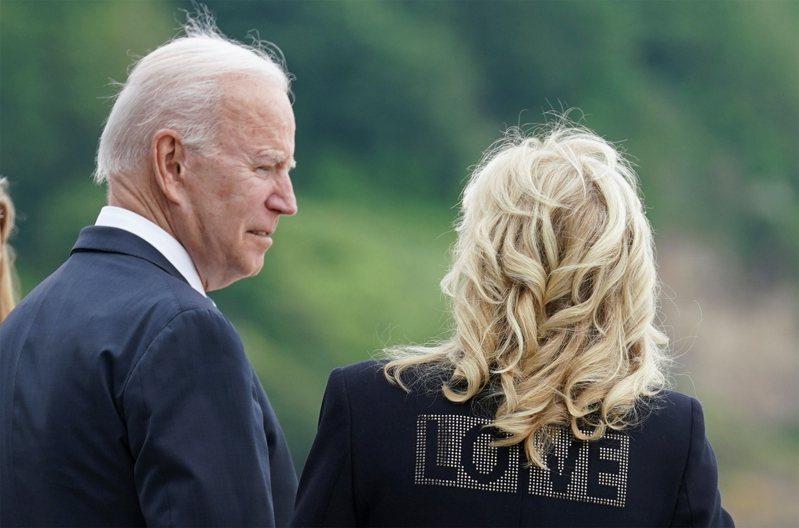 美國第一夫人吉兒,穿上背後印有「愛」(LOVE)字的黑色外套。路透