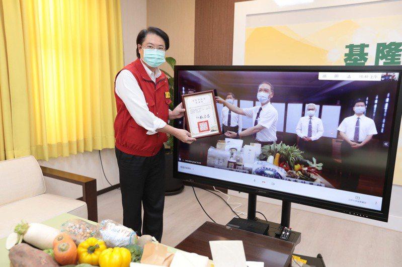 基隆市長林右昌今天透過視訊拿著感謝狀頒給慈善單位時,螢幕中對方的手似乎真的伸手受獎。圖擷自林右昌臉書