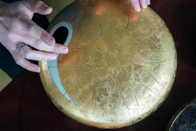 天鼓是仿效手碟,興起於千禧年後的新世紀樂器,綿遠療癒的音色讓這項獨特的樂器名氣漸漸傳開。