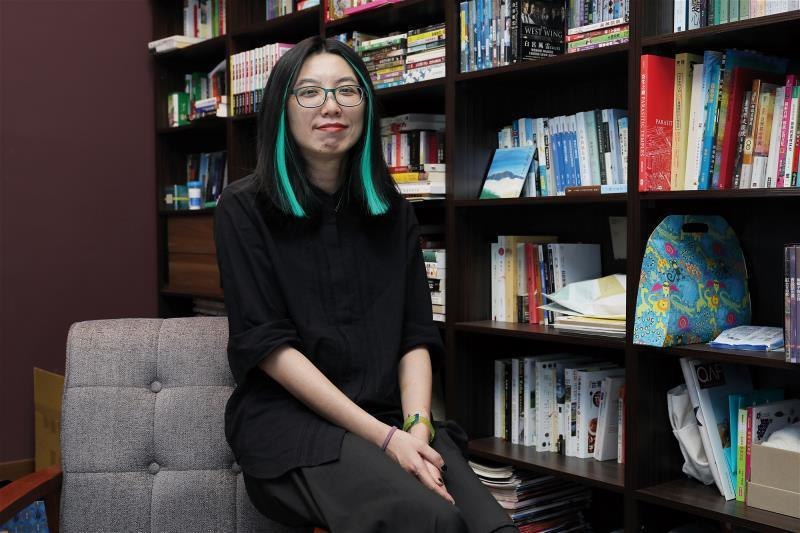 駐團編劇吳明倫以台灣五大奇案為本,重新建構十段故事,提出台灣七年級生解讀的視角。