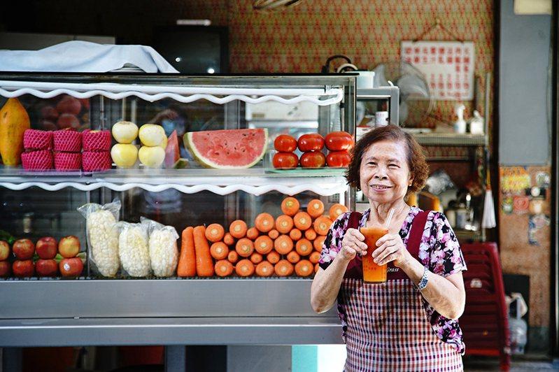 福生果汁店老闆娘洪玉秀聊起軍用品街往事,格外令人懷舊。(攝影/曾信耀)