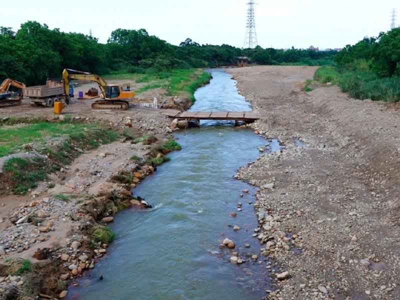 金山磺溪的中橋溪段護岸補強工程即將完工,六股里長鐘鼎平也相當感謝。 圖/紅樹林有線電視提供