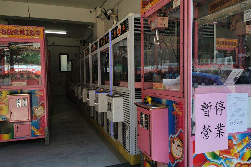 全國三級警戒,夾娃娃機店熄燈停業,讓許多業者苦嘆吃不消。記者卜敏正/攝影