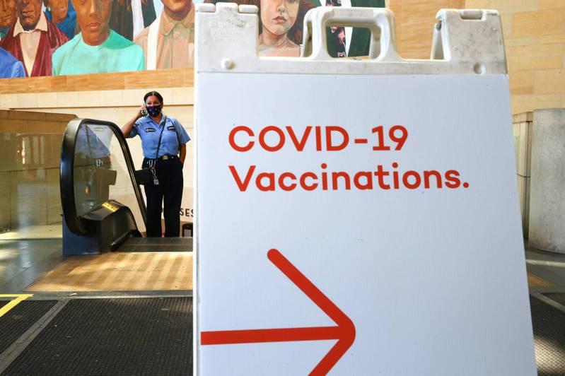 繼美國總統拜登宣布將捐5億劑輝瑞新冠疫苗給貧窮國家後,英國首相強生也宣布「將捐贈1億劑疫苗」,強生也表示即將展開的七大工業國G7領袖峰會,預計將同意捐贈10億劑新冠疫苗給貧窮國家,並協助全球在明年底前都接種疫苗。法新社