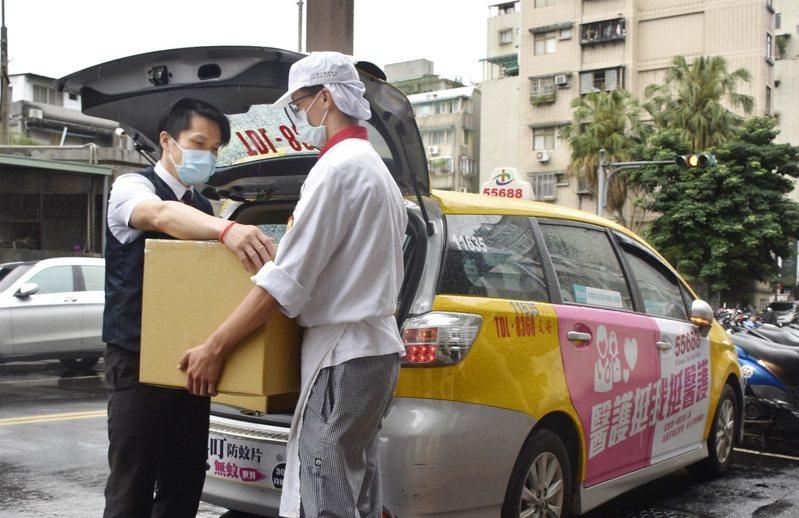 北市宣布即日起徵用計程車協助載送貨物及外送餐點。圖/台灣大車隊提供