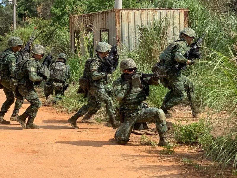 軍隊本來就是最大的群聚團體,一旦有成員感染,傳給同僚們的機會,比一般部隊更大。圖為漢光演習資料照片。圖/聯合報系資料照片