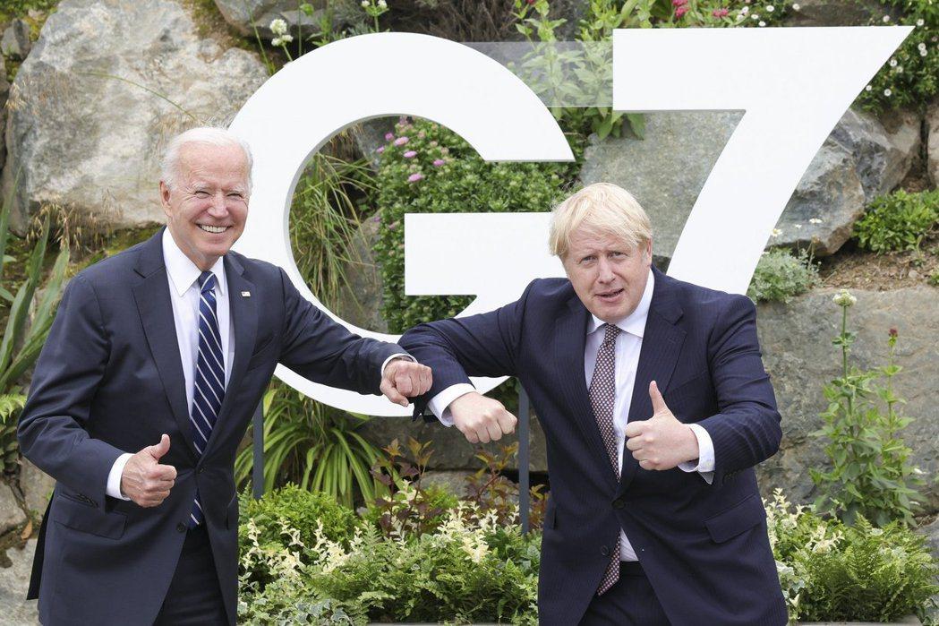 美國總統拜登(左)與英國首相強生10日在G7峰會前會晤。 新華社