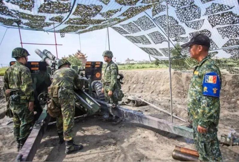 圖為去年「漢光36號」演習實兵操演 「聯合反登陸作戰」操演中,擴編動員「同心31號」演習後備砲兵營及步兵營參演,並實際操作榴彈砲射擊。圖/軍聞社