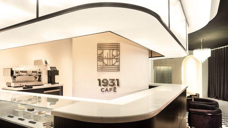 閃亮的鉻合金、光滑的絲絨和典雅漆木,令人聯想到奢華、優渥的1920與1930年代...