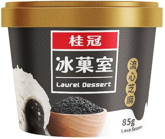 「桂冠流心芝麻冰淇淋」,售價59元。圖/全家便利商店提供