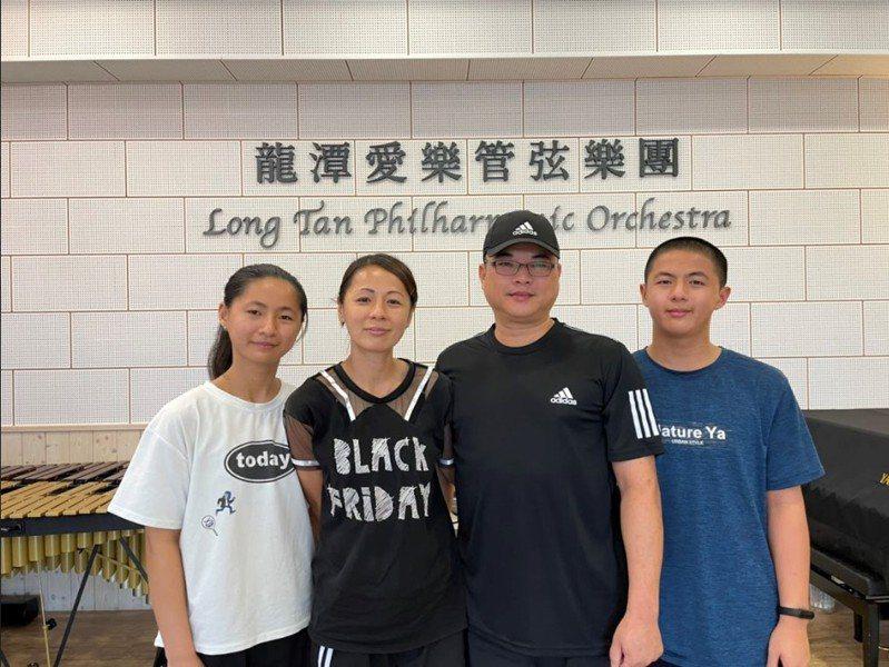 龍潭國中宋閎致(右1)會考拿到5A以上好成績,但他選擇朝自己興趣發展,選擇餐飲廚藝類別的五專科系,決定也獲家人支持。圖/教育局提供