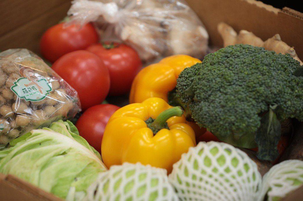 基隆安心寶飽箱及健康蔬果箱,直送2131位急困學生家中。圖/基隆市政府提供