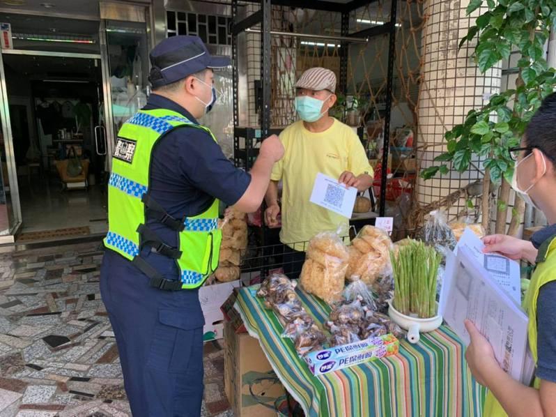 台南市警一分局配合市場處超前部署,提早到崇德、崇義市場宣導店家落實實聯制,協助取締民眾違規群聚以及未依規定戴口罩。記者邵心杰/翻攝