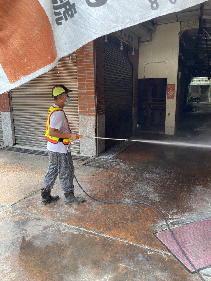 基層清潔隊在這次防疫工作方面擔任吃重的消毒環境任務。圖/鄉鎮公所提供