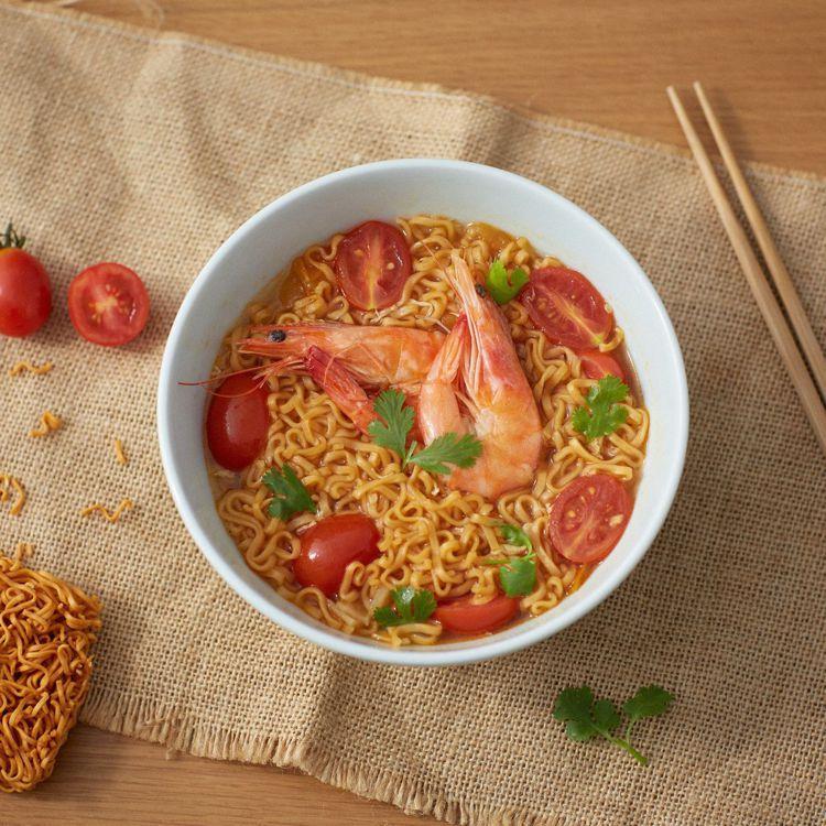 MUJI無印良品推薦使用即食迷你拉麵再加上沖泡湯塊,可煮出泰式風味番茄酸辣鮮蝦麵...