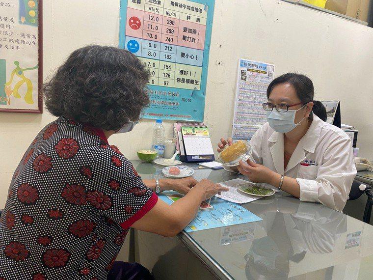 新營醫院營養師陳慧珍提醒慢性病民眾,端午節吃粽子注意事項。圖/院方提供