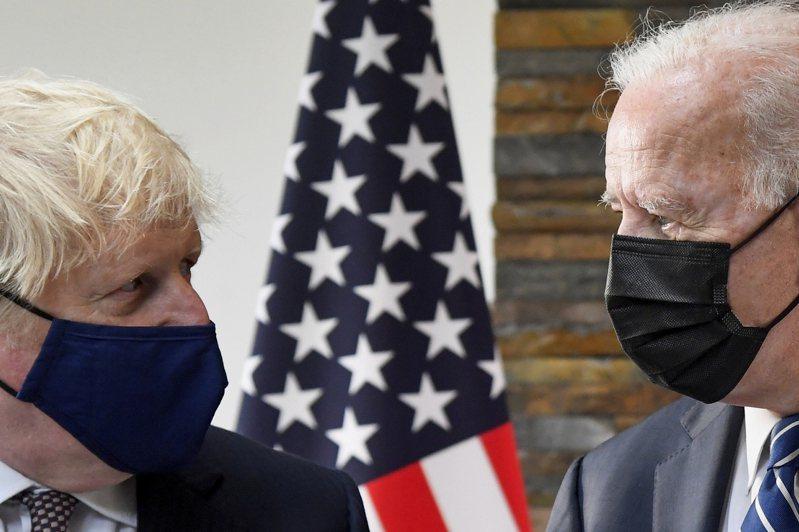 美國總統拜登(右)首度登場的國際場合G7高峰會上,仍不離開中國大陸的議題。左為英國首相強生。美聯社