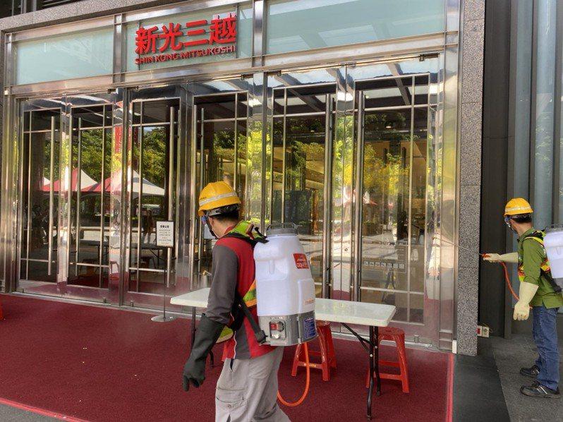 新光三越台中中港店傳出一樓精品專櫃一名櫃姐確診,台中市環保局立即出動防疫消毒大隊在廣場及附近停車場進行全面地毯式大清消。圖/台中市環保局提供