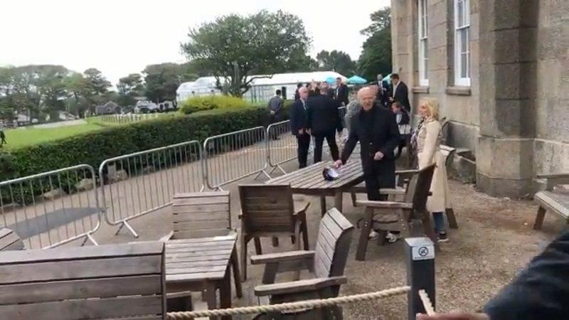 美國總統拜登夫婦10日結束會晤首相強森夫婦的行程後,就一身輕便地前往下榻飯店的酒吧,直接坐在戶外放鬆地喝飲料。剛好在現場的BBC記者在推特大呼意外,直指自他入行以來,這還是第一次在酒吧碰到美國總統坐在他的隔壁點飲料。畫面翻攝:Twitter/BBCJonSopel