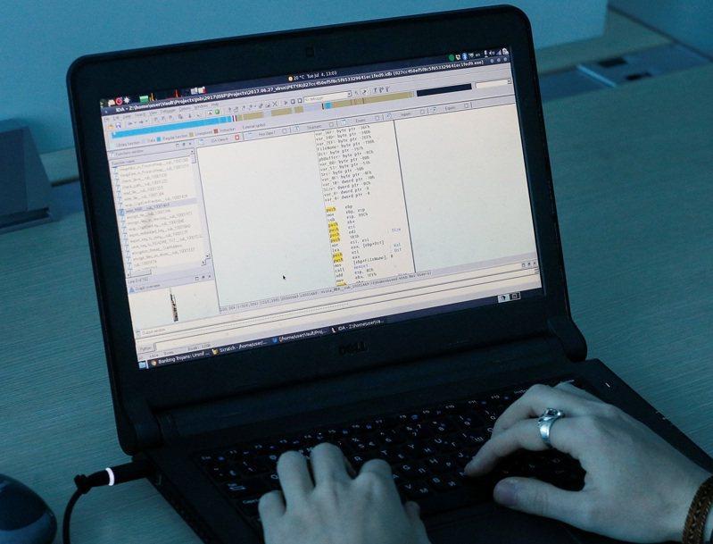 烏克蘭資安公司ISSP的代表用筆電展示Petya惡意軟體的部分代碼,攝於2017年。另一個神秘的惡意軟體在2018至2020年間,從325萬台使用Windows的個人電腦偷走大批使用者登入帳密與重要付款細節。路透