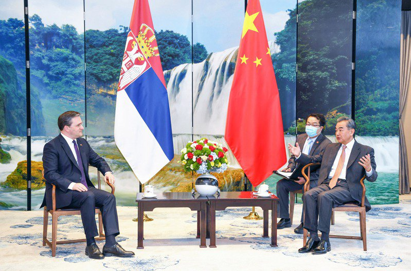 為防範美歐聯合抵制中國,外長王毅邀請波蘭、塞爾維亞、愛爾蘭與匈牙利等歐洲四國外長訪華,圖為王毅在貴陽同塞爾維亞外長塞拉科維奇舉行會談。新華社