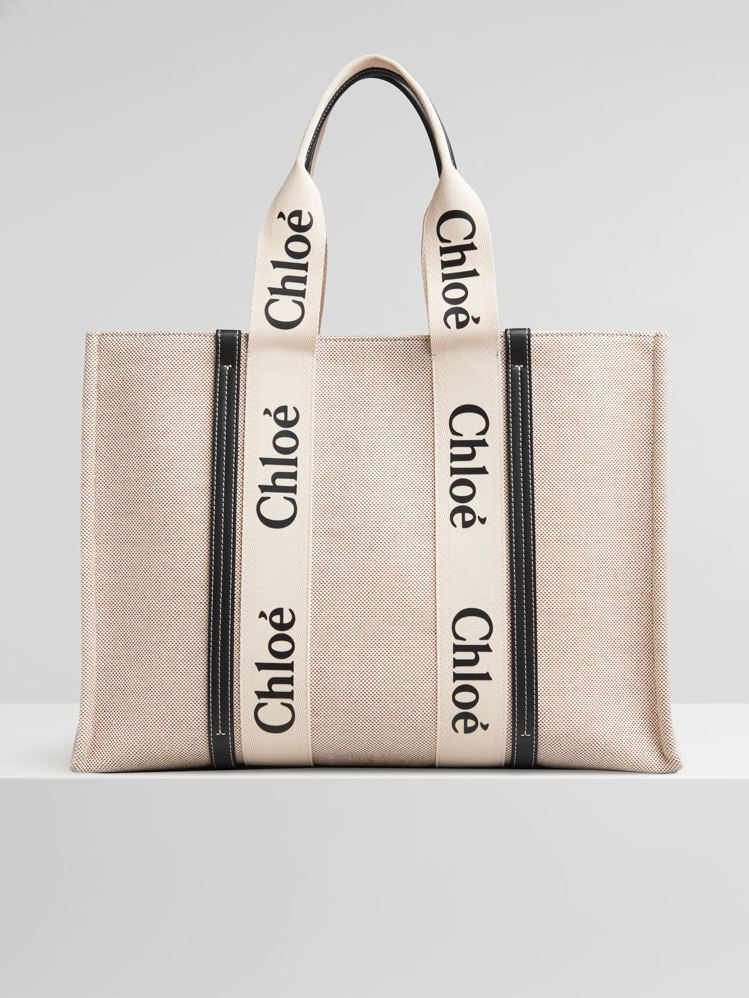 Chloé Woody藍色皮革飾邊大型托特包,34,900元。圖/Chloé提供
