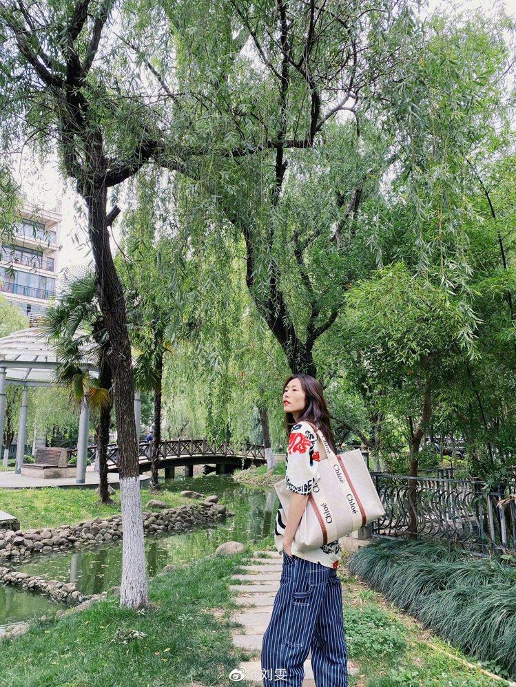 劉雯展現夏日風情,詮釋Chloé Woody咖啡色皮革飾邊大型托特包,34,90...