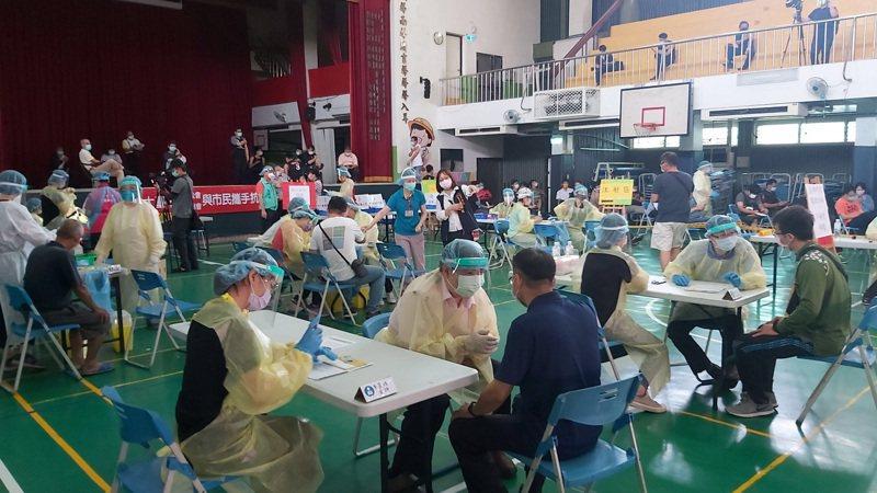 台中市日前啟動5處站快打站,圖為第一線防疫人員在大里區塗城國小活動中心設置的快打站接種疫苗。圖/讀者提供